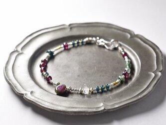 ルビーインゾイサイトとハーキマーダイヤモンド、ガーネット、モスアゲート、インディゴブルービーズカレンシルバービーズのブレスの画像