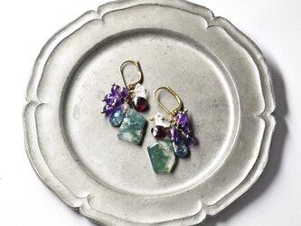 モスアゲートとたわわな、アメジスト、カイヤナイト、ラブラドライト、ハーキマーダイヤモンド、ガーネットのピアス(濃)の画像