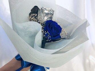 プリザーブドフラワー/シルバーと青い薔薇の花束(花束ラッピングでお届け)の画像
