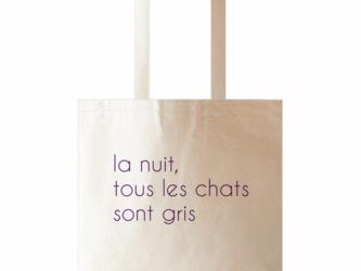 【cat donation・送料無料 】猫のにまつわるフランス名言 トートバッグ マスコット付き/パープルの画像
