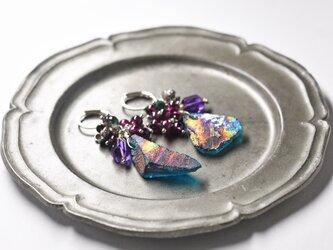 美しい銀化ローマングラスとたわわなガーネット、アメジスト、モスアゲート、カレンシルバーのお花のピアスの画像