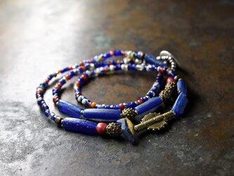 民族&ヴィンテージブラスとローマングラス、ブルーミックスシードビーズのネックレスの画像