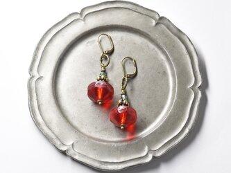 真っ赤な算盤型アンティークボヘミアビーズとモスアゲートの香水瓶のようなピアスの画像