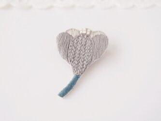 [新作・在庫あり]クロッカスの刺繍ブローチ(grey)の画像