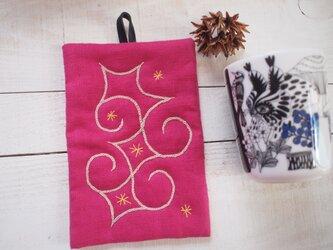 アイヌ刺繍の鍋つかみ 鮮やかピンクリネンにクルミ染め糸の画像