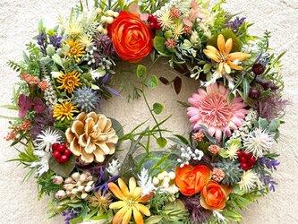 ラナンキュラスと草花のリースの画像