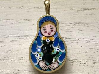 黒猫を抱くマトリョシカ|ペンダントトップ|の画像