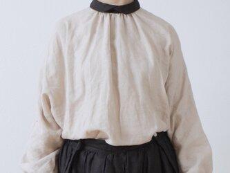 クレリック衿が上品で大人かわいいバックくるみ釦ボリューム袖フレンチリネンブラウス九分袖:ベージュクレリックの画像