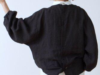 クレリック衿が上品で大人かわいいバックくるみ釦ボリューム袖フレンチリネンブラウス九分袖:ブラッククレリックの画像