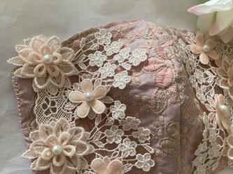 不織布が見えるマスクカバーピンクベージュ刺繍ケミカルフラワークレンゼの画像