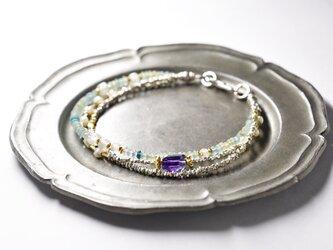 小さなローマングラスとグーズベリー淡水パール、ラフカットアメジスト煌めくカレンシルバーの3連ブレスの画像