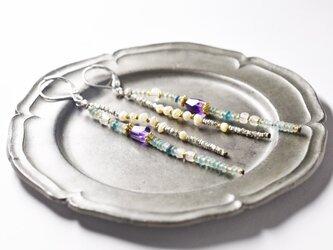 小さなローマングラスとグーズベリー淡水パール、ラフカットアメジスト煌めくカレンシルバーの2連ピアスの画像