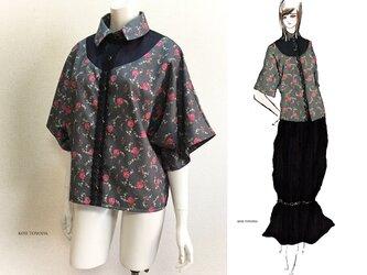【1点もの・デザイン画付き】ゆったり着物袖アーチ切り替え花柄プリントブラウス(KOJI TOYODA)の画像
