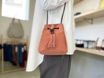 【2021新色】牛床ベロアのタッセル付2WAY巾着バッグ【ベビーピンク】の画像