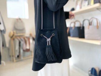 【2021新色】牛床ベロアのタッセル付2WAY巾着バッグ【ブラック】の画像
