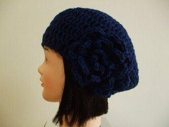 お花モチーフ付きニットベレー帽 成人女性用 やや明るめの紺の画像