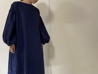 バルーンスリーブの麻のワンピース(紺)の画像