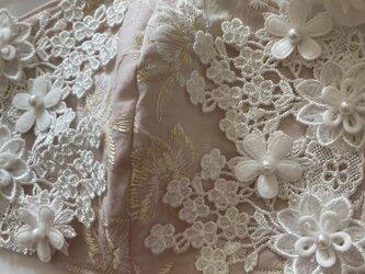 不織布が見えるマスクカバーピンク金の刺繍花ケミカルフラワークレンゼの画像