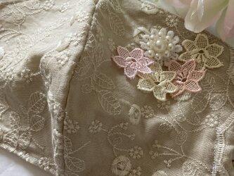ハンドメイド●マスクカバーベージュ薔薇刺繍フラワーパールチャーム付き抗菌クレンゼ2wayフィルターポケットの画像
