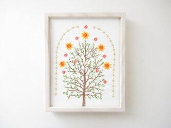 刺繍 太陽の木 額付きの画像