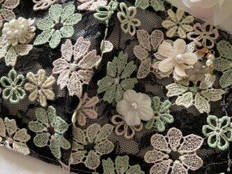 ハンドメイド●マスクカバー黒モチーフ花刺繍パールチャーム付き抗菌クレンゼ2wayフィルターポケットの画像