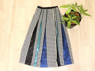 ギンガムチェック織り素材のタックスカート:黒白ギンガム×ブルー系織りの画像