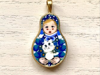白猫を抱くマトリョシカ|ペンダントトップ|の画像