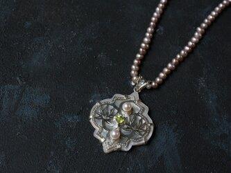 シェルとスフェーンとパールのネックレス silverの画像