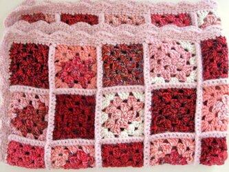 グラニースクエアの手編みブランケット☆スイートピンクハートの画像