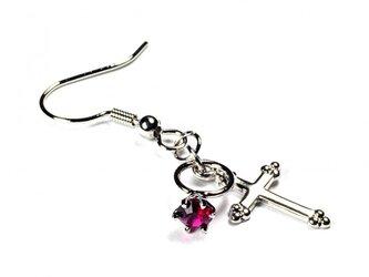 小さなルビーの指輪と銀色の十字架のシルバー・ピアスの画像
