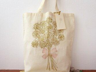 シロツメ草の花束柄コットンバックの画像