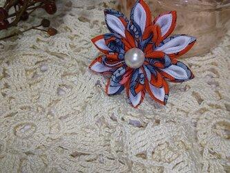 つまみ細工のお花のブローチの画像