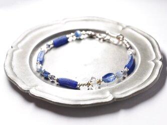 ブルーローマングラスとカイヤナイト、ハーキマーダイヤモンド、アイオライト、煌めくカレンシルバーのブレスの画像