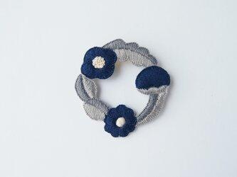 [新作・在庫あり]お花たちのつながるリースの刺繍ブローチ(cinq)の画像