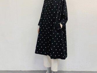 n-enウール混紡・冬のドルマン袖コート・ドット刺繍黒×白ドットの画像