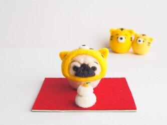 【受注製作】2022年干支(寅) なりきりとら(虎)のまゆパグ(フォーン・黒)正月飾りセット 羊毛フェルトの画像
