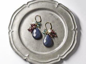鉄紺色雫サファイアアゲートとガーネット、ハーキマーダイヤモンド、モスアゲートのピアスの画像