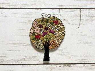 手刺繍オリジナルブローチ*花樹と白い小鳥の画像