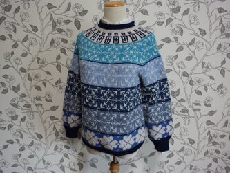 大きなクローバー柄のセーターの画像