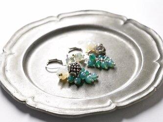 たわわなグリーン瑪瑙とモスアゲート、白蝶貝のすずらん、ハーキマーダイヤモンド、コロンと丸いお花カレンシルバーのピアスの画像