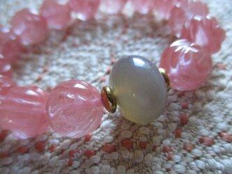手彫りの彫り珠:薔薇の彫り珠苺水晶と灰玉髄のブレスレットの画像