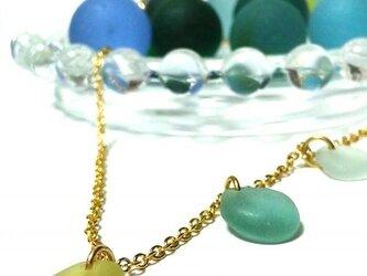 三色シーグラスのネックレスの画像