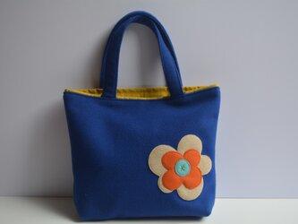 ロイヤルブルーにお花のモチーフバッグ(M)の画像