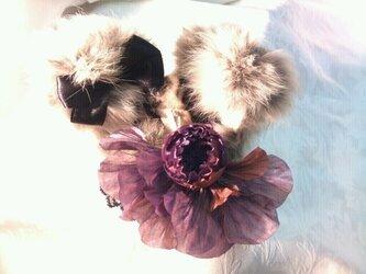 うさ耳とコサージュのヘッドドレスの画像
