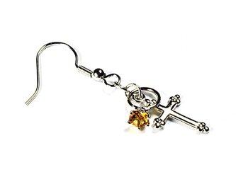 小さなトパーズの指輪と銀色の十字架のシルバー・ピアスの画像