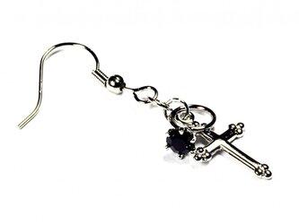 小さなガーネットの指輪と銀色の十字架のシルバー・ピアスの画像