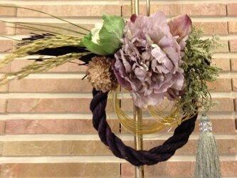 うす紫のお正月のしめなわ飾りの画像