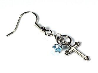 小さなアクアマリンの指輪と銀色の十字架のシルバー・ピアスの画像