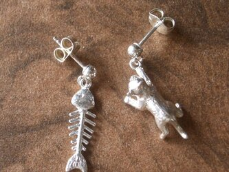 猫 & 骨 アシンメトリーのピアスの画像