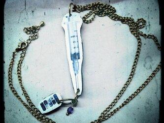 注射器とお薬ペンダントの画像